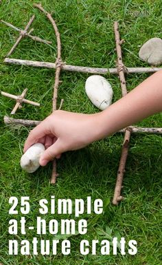 These 25 simple nature crafts can all be done at home and are ideal for some fun, creative play! Easy Craft Projects, Crafts To Do, Crafts For Kids, Baby On A Budget, Apple Prints, Craft Online, Leaf Crafts, Family Crafts, Creative Play