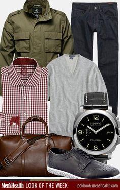 sapato brogue preto, calça jeans escuro, blusa cinza, camisa quadriculada, casaco militar verde, relógio preto e pasta masculina marrom escuro.