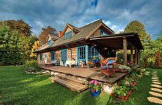 Dom Kasi Miller w Kazimierzu jest jak bajkowa chata otoczona bujną zielenią. Tiny House Cabin, Cabin Homes, Fairytale Cottage, Village Houses, Coastal Farmhouse, Wooden House, Cabins In The Woods, Residential Architecture, Traditional House