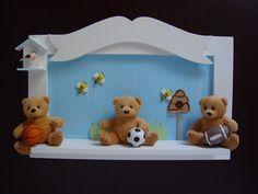 Quadro maternidade ursos esportistas (cód. MO 0085).  Produto com design exclusivo Pipe e Guca Decoração Infantil.  Detalhes em MDF, resina e biscuit.  Pode ser personalizado e feito em outras cores.    # Para coordenar na decoração veja: puxadores esporte (PD 0010) e bandeja esportes (BA 0065) vendidos separadamente.    ** Os bichos de pelúcia estão sujeitos à disponibilidade de estoque. Caso não tenhamos exatamente os bichos apresentados no produto, teremos opções para substituição.  ...