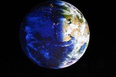 """In 100 Metern Höhe des Luftraums des Gasometers blickt man auf eine 20 Meter große Erdkugel. Hier werden bewegte, aufgelöste Satellitenbilder detailgenau auf die Erdkugel projiziert. Ein sehr beeindruckender Anblick. Wie ein Astronaut blickt man auf unsere Erde und erlebt den Wechsel von Tag und Nacht und sogar die unterschiedlichen Jahreszeiten. Einfach toll dieses Erlebnis. """"Wunder der Natur"""" im Gasometer in Oberhausen, Ruhrgebiet, NRW."""