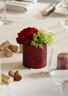 Teelicht und Vase in Rot für Deine Hochzeitsdeko #weddstyle http://www.weddstyle.de/hochzeit-tischdekoration-mieten.html