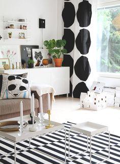 大きなドット柄でインパクトのあるカーテン。モノトーンを基調にしたシンプルな家具が、北欧らしい大胆なファブリックが引き立てます。