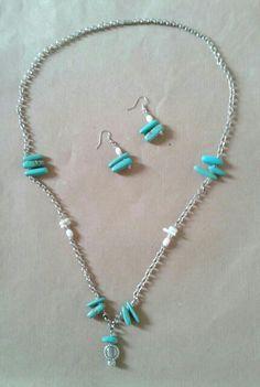 Azul es el Cielo ... Este #collar hecho #artesanalmente està compuesto por imitaciòn de #turquesa con #coral blanco artificila de dos #diferentes formas. Las #mariposas y el #sol son de #plata y la #cadena es de #hacero. Turquoise Necklace, Arrow Necklace, Jewelry, Sun, Blue Necklace, Blue Nails, White People, Dupes, Butterflies
