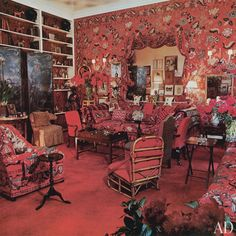 Happy Tuesday everyone, today we are celebrating a true Tastemaker, Diana Vreeland, on what would have been her birthday. Diana Vreeland found her passi Diana Vreeland, New York Apartments, New York City Apartment, Studio Apartment, Apartment Ideas, Living Room Red, Living Spaces, Small Living, Modern Living