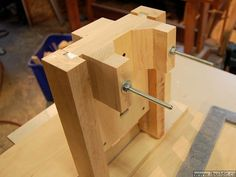 Build a router table with integrated lift mechanism. Making A Router Table, Build A Router Table, Diy Garage Storage, Tool Storage, Woodworking Jigs, Woodworking Projects, Router Lift, Lift Table, Diy And Crafts