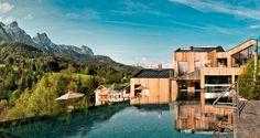 Umgeben von Wiesen und Wäldern beeindruckt das Naturhotel Forsthofgut im Salzburger Land durch Europas erstes waldSPA.  Ist es nicht wunderschön?!