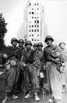 Группа бойцов-саперов Красной Армии в Белграде сразу по окончании боев за город. За ними — палата «Албания»