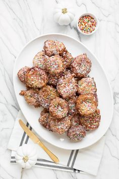 Add a little color to a fall favorite and make funfetti apple fritters! Banana Fritters, Apple Fritters, Yummy Treats, Sweet Treats, Apple Fritter Recipes, Bite Size Desserts, Fabulous Foods, Thanksgiving Recipes, Dessert Recipes