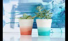 Pour obtenir l'effet tie-dye, verser du colorant dans un bol d'eau chaude. Tremper une portion du bol dans l'eau pendant environ 90 secondes en agitant constamment. Retirer le pot et attendre 30 secondes. Répétez la 1re étape en trempant le pot environ un pouce plus bas pour créer une variation de couleur. Répétez autant de fois que désiré.