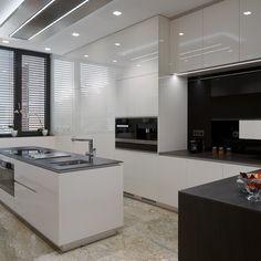 Bílá kuchyně s ostrůvkem.  #hanaknabytek #hanakkitchen #InteriorConcept #VyrobenoProZivot #kuchyne #kitchen #kitchendesign…