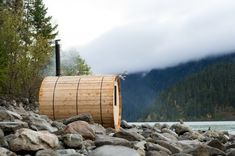 Kris Harris gives us the low down on building a DIY outdoor sauna in the backcountry. Check out our video and be inspired to start building your own! Outdoor Sauna, Outdoor Baths, Outdoor Couch, Wood Building Kits, Building A Sauna, Natural Building, Woodworking Tools For Beginners, Diy Woodworking, Homemade Sauna