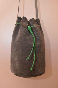 Bolsa Mini Bucket de Camurça Marrom e detalhe verde