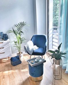 Samt-Hocker Harlow Navy is the new black! The modern and elegant shade of blue has become an integra Velvet Stool, Velvet Armchair, Cosy Bedroom, Bedroom Wall, Upcycled Home Decor, Contemporary Interior Design, Beautiful Living Rooms, Large Furniture, Home Decor Accessories