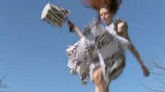 """프로엔자 슐러의 듀오 잭 맥콜로와 라자로 헤르만데즈는 이번 2017 봄/여름 캠페인을 지면 광고 촬영 없이 오직 디지털 플랫폼을 위한 '패션 필름'으로 제작했습니다 조 게트너가 촬영한 감각적인 영상을 보세요어릴 적 뛰어놀던 트램펄린이 떠오르죠? 따뜻한 햇살 아래 그물 위로 원피스를 펄럭이며 신나게 점프하는 모델들 나탈리 웨스틀링과 셀레나 포레스트""""우리가 보여주고 싶은 '자유로움'은 사진보다 영상으로 훨씬 더 잘 표현 될 것 같았어요"""" ( @ProenzaSchouler Gukhwa Hong @hongukah) _ #JackMcCollough and #LazaroHernandez opted for a #digital #fashionfilm instead of print for the #ProenzaSchouler #17SS #campaign. The #video directed by #ZoeGhertner features #model #NatalieWestling and…"""