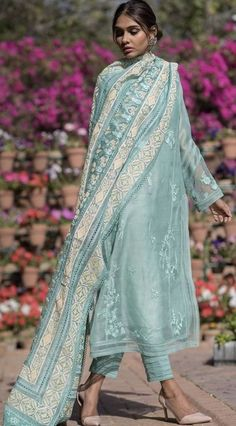 Bollywood fashion 593490057131271682 - Source by Dress Indian Style, Indian Dresses, Indian Outfits, Pakistani Dresses Casual, Pakistani Dress Design, Indian Attire, Indian Ethnic Wear, Ethnic Fashion, Indian Fashion