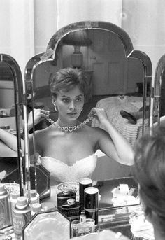 Sophia Loren in her dressing room in Hollywood - Old Hollywood Glamour, Vintage Glamour, Vintage Hollywood, Vintage Beauty, Classic Hollywood, Hollywood Fashion, Hollywood Actresses, Vintage Vogue, Hollywood Room