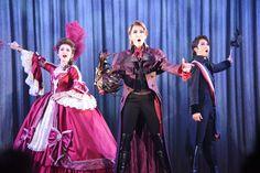 左から綺咲愛里演じるマルグリット・サン・ジュスト、紅ゆずる演じるパーシー・ブレイクニー、礼真琴演じるショーヴラン。 The Scarlet Pimpernel, Nanami, Stage, Scene