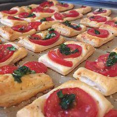Blätterteig-Tomaten-Dinger! #omnomnom #instafood #knoblauch #tomaten #oregano #fleurdesel von #asaaki