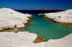 Playa de Sarakiniko La isla de Milos, ubicada en Grecia, esta llena de maravillas celestiales, lo que fascina de esta playa es el intenso azul de sus aguas, formaciones rocosas que forman cuevas y cavernas.