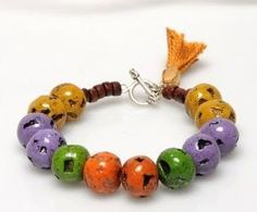 A lovely beads bracelet to decorate your wrist!