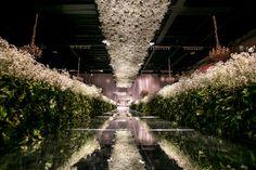 Decoração da cerimônia Rubens Decorações com arranjos de flores mosquitinhos no teto, que eram refletidas no chão de espelho - Casamento Gabriela e Rodrigo
