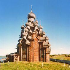 Le Kizhi Pogost sur le lac Onega (Russie). L'architecture tout en bois et délicieusement alambiquée est classée au patrimoine mondial de l'Unesco (http://whc.unesco.org/fr/list/544/)