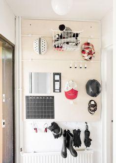 Eteisen kätevä säilytysseinä pelastaa tavarakaaokselta ja auttaa arjen hallinnassa. Katso Meidän talon ohje!