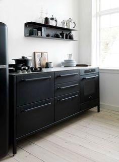 Zwarte keukens zijn gedurfd, maar staan chique, combineer zwarte keuken frontjes met een lichte muur of vloer om het niet te zwaar te maken.