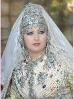 The takchita is a Moroccan traditional women's garment that, like the Moroccan Caftan, is worn for celebrations, particularly weddings. Moroccan Bride, Moroccan Wedding, Moroccan Caftan, Moroccan Style, Moroccan Henna, We Are The World, People Around The World, Beautiful Bride, Beautiful People