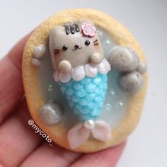 Happy Sunday! I made another mermaid pusheen that was a big hit on my IG earlier, but I made this one a little different and more detailed, such as the bubbles in the water and glittery tail
