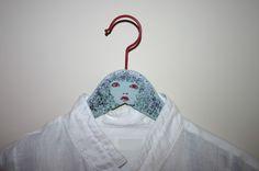 Bestempelde kleerhanger - kapstok. Stamped clothes hanger. Website: www.artistamps.co
