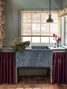 When It Comes to Ugly Lower Cabinets, You Can Skirt the Issue – domino Kitchen Design, Kitchen Decor, Kitchen Ideas, Condo Kitchen, Kitchen Nook, Open Kitchen, Kitchen Shelves, Kitchen Storage, Dining Booth