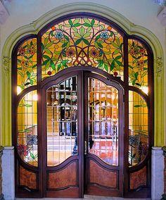 art nouveau Barcelona - València 213 d 5 :: Casa Martí Llorenç :: Architect: Antoni Alabern i Pomar :: By Arnim Schulz Stained Glass Door, Leaded Glass, Mosaic Glass, Glass Doors, Cool Doors, Unique Doors, Entrance Doors, Doorway, Door Entry