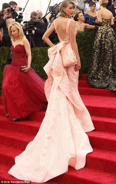 Taylor shows off the incredible detailing on the back of her Oscar de la Renta dress...