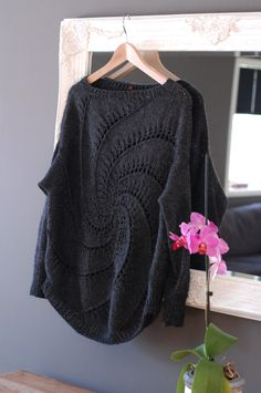 Denne strikkes i dobbel alpakka ull 8 nøster, litt stor i størrelsen. MÅ prøve meg på !!!