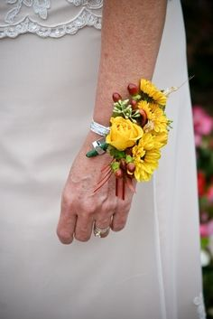 The Difference Between a Corsage and Boutonniere