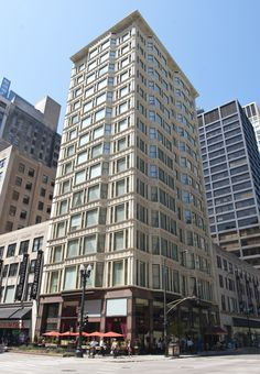 Reliance Building, Chicago, 1895 // by Burnham & Root. In a time when thick coal smoke blanketed the city and skyscrapers were often maligned for casting long shadows on the streets, the architects of the Reliance Building sought to create a building that Chicago Tours, Chicago Hotels, Commercial Architecture, Historical Architecture, Beautiful Architecture, Beautiful Buildings, Chicago Architecture Foundation, Chicago School, National Landmarks