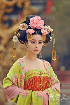 The Empress of China (simplified Chinese: 武媚娘传奇) is a 2014 Chinese television drama based on events in and Tang dynasty, starring producer Fan Bingbing as the titular character Wu Zetian—the only female emperor in Chinese history. Hanfu, Traditional Fashion, Traditional Dresses, Kimono Chino, China Mode, The Empress Of China, China Girl, China China, Chinese Clothing