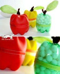 Prenez deux bouteilles enplastique, coupez-les et hop, vous avez une pomme. Remplissez-la de friandises et rajoutez une feuilles !