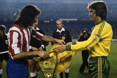 At Madrid 2 FC Nantes 1 agg) in Nov 1977 at Vicente Calderon. The captains meet before the European Cup Round, Leg game. Fc Nantes, At Madrid, European Cup, Football, Forever, 1970s, Meet, Game, Soccer
