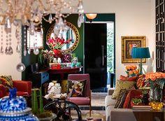 É difícil dizer ao certo quantas cores este living tem ao todo. Móveis, almofadas, vasos, enfim, tudo é bem colorido e, o mais importante, tem um grande significado para os moradores (Foto: Divulgação/ Romulo Fialdini). Projeto do designer de interiores Marcelo Arabe, publicado em Casa e Jardim.