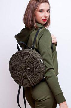 Se trata de una mochila de BALI círculo de ganchillo color caqui con asas de cuero. La mochila grande del círculo será un regalo de boho de novia único. La mochila verde teja a mano es un regalo perfecto para la hija, hermana, novia o cualquier otras mujeres en tu vida. Nuestra mochila bohemio apto