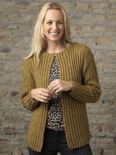 Strikkeopskrift: Jakke i ribmønster Crochet Cardigan, Crochet Shawl, Knit Crochet, Knitting Stitches, Knitting Patterns, Creative Knitting, Drops Design, Knit Jacket, Free Pattern
