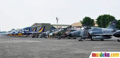 Let's be smart. Deretan pesawat tempur seperti F-16, Sukhoi, Hawk, hingga T-50 diturunkan untuk bermanuver di atas Istana Negara.