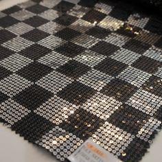 Paiete rotunde negre si argintii de 3 mm pe satin negru KX1816.  Latime (cm) 130 / 132; Diametru Paieta 3 mm;  Compozitie satin (%) Poliester 100%;