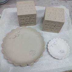 リベンジ  失敗した印花シリーズの箱はリベンジ 次こそは完品になりますように  そして皿 新たなサイズで型紙作りました  #陶小物#陶#nonojiko#磁器#陶器 #箱#はこ#器#うつわ#皿#小皿#豆皿 #はりねずみ#つばめ#花#小花#小花柄 #印花#リベンジ