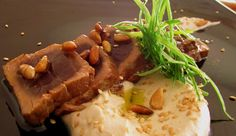 Thunfisch-Tataki mit weißer Knoblauchsoße und  gerösteten Pinienkernen.