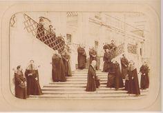 Lentes nas escadas dos Gerais, em Março de 1881, fotografados por J. David.