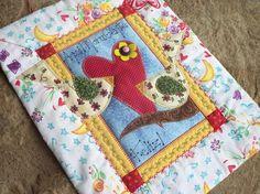 Quadro em patchwork e aplicacoes em tecido 100% algodao, pontos decorativos, acolchoado, forrado e  pronto para pendurar! R$36,00